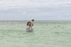 VARADERO, CUBA - 6 DE ENERO DE 2018: Una mujer en hojas de la agua fría Fotografía de archivo