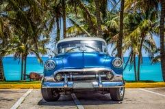 Varadero, Cuba - 21 de junho de 2017: Clássico azul americano de Chevrolet fotos de stock