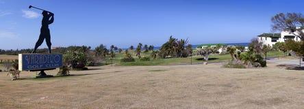 VARADERO, CUBA - FEBRUARI 2013: Silhouet van golfspeler, teken voor de Varadero Golfclub op 5 Februari, 2013 in Varadero, Cuba Royalty-vrije Stock Foto's