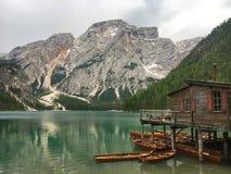 Varadero en Pragser Wildsee Lago di Braies, el Tyrol del sur, Ital Imagenes de archivo