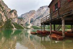 Varadero en Pragser Wildsee Lago di Braies, el Tyrol del sur, Ital Imagen de archivo libre de regalías