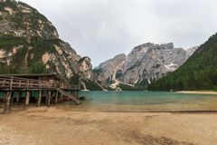 Varadero en Pragser Wildsee Lago di Braies, el Tyrol del sur, Ital Fotos de archivo libres de regalías