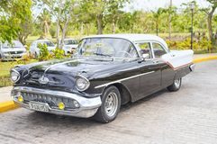 VARADERO KUBA - JANUARI 05, 2018: En retro klassisk amerikanare Royaltyfria Bilder