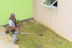 VARADERO KUBA - JANUARI 05, 2018: Ett klippande gräs för man på en lag Arkivbild