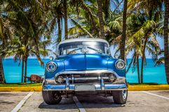 Varadero Kuba - Juni 21, 2017: Blå Chevrolet för amerikan klassiker arkivfoton