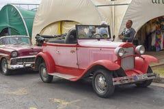 VARADERO KUBA, STYCZEŃ, - 05, 2018: Retro klasyczny czerwony Ford samochód Fotografia Stock