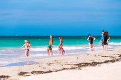 VARADERO, MATANZAS, CUBA - 18 DE MAYO DE 2017: Vista de la playa arenosa Copie el espacio para el texto Fotografía de archivo libre de regalías