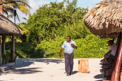 VARADERO MATANZAS, KUBA - MAJ 18, 2017: En ordningsvakt promenerar stranden Kopiera utrymme för text Arkivbilder