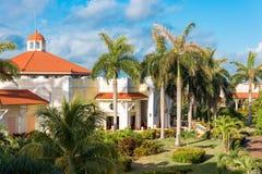VARADERO MATANZAS, KUBA - MAJ 18, 2017: Sikt av hotellet bland skogkopieringsutrymmet för text Arkivfoton