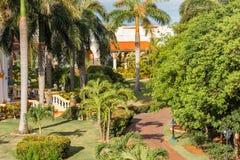VARADERO MATANZAS, KUBA - MAJ 18, 2017: Sikt av hotellet bland skogkopieringsutrymmet för text Arkivfoto
