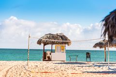VARADERO MATANZAS, KUBA - MAJ 18, 2017: Sikt av observationsstolpen på stranden Kopiera utrymme för text Fotografering för Bildbyråer