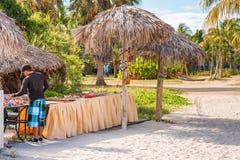 VARADERO MATANZAS, KUBA - MAJ 18, 2017: Sikten av souvenir shoppar på den sandiga stranden Kopiera utrymme för text Royaltyfri Bild