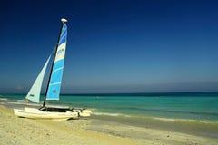 Varadero-Strand in Kuba mit einem Segelboot stockbilder
