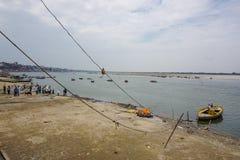 Varanasi, ÍNDIA - 29 DE MAIO DE 2017: Terraplenagem na cidade de Varanasi e do rio sagrado Ganga imagem de stock royalty free