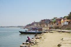 Varanasi, ÍNDIA - 29 DE MAIO DE 2017: Terraplenagem na cidade de Varanasi e do rio sagrado Ganga foto de stock