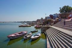 Varanasi, ÍNDIA - 29 DE MAIO DE 2017: Terraplenagem na cidade de Varanasi e do rio sagrado Ganga fotos de stock royalty free