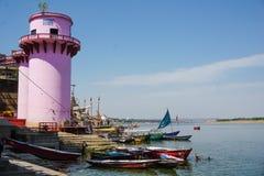 Varanasi, ÍNDIA - 29 DE MAIO DE 2017: Terraplenagem na cidade de Varanasi e do rio sagrado Ganga imagens de stock royalty free