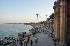 Varanasi, ÍNDIA - 29 DE MAIO DE 2017: Terraplenagem na cidade de Varanasi e do rio sagrado Ganga foto de stock royalty free