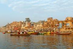 VARANASI, ÍNDIA - 20 DE MARÇO DE 2018: cerimônia da manhã no rio de Ganga Imagens de Stock Royalty Free