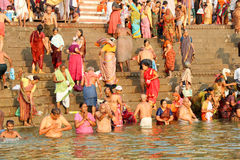 VARANASI, ÍNDIA - 23 DE OUTUBRO: Os povos hindu tomam um banho no ri Imagem de Stock