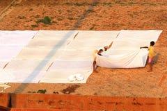 VARANASI, ÍNDIA - 23 DE OUTUBRO: Os povos secam a roupa no sol em g Imagem de Stock