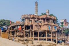 VARANASI, ÍNDIA - 25 DE OUTUBRO DE 2016: Vista do crematório elétrico em Varanasi, Ind imagens de stock