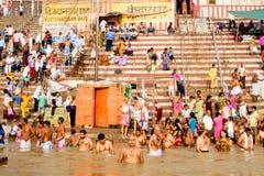 Varanasi, Índia - 10 de setembro de 2018: multidão que executa o ritual diário do puja na água calma de Ganges River no nascer do fotos de stock royalty free