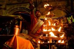 Varanasi, Índia - 16 de setembro de 2018: próximo acima do padre hindu novo que executa a cerimônia ritual diária do aarti do gan fotos de stock