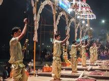Varanasi, Índia - dezembro, 9o, 2017 Cerimônia de Ganga Aarti em D Imagens de Stock Royalty Free
