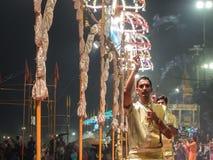 Varanasi, Índia - dezembro, 9o, 2017 Cerimônia de Ganga Aarti em D Imagem de Stock Royalty Free