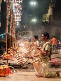 Varanasi, Índia - dezembro, 9o, 2017 Cerimônia de Ganga Aarti em D Fotografia de Stock