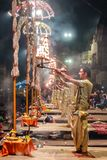 Varanasi, Índia - dezembro, 9o, 2017 Cerimônia de Ganga Aarti em D Foto de Stock