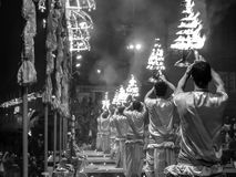 Varanasi, Índia - dezembro, 9o, 2017 Cerimônia de Ganga Aarti em D Imagem de Stock