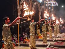 Varanasi, Índia - dezembro, 9o, 2017 Cerimônia de Ganga Aarti em D Foto de Stock Royalty Free