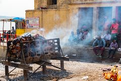 Varanasi, Índia, o 10 de março de 2019 - cerimônia hindu da cremação em Ghat em bancos de Ganges River santamente em Varanasi Utt foto de stock royalty free