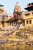 Varanasi, Índia, o 27 de março de 2019 - Ganges River com Manikarnika Ghat, um do crematório hindu o mais famoso - um cadáver é imagens de stock