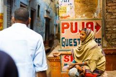 Φτωχός επαίτης γυναικών που επεκτείνει το χέρι Varanasi Ινδία στοκ φωτογραφίες