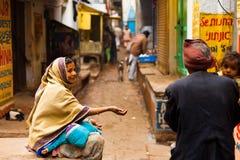 Φτωχό παιδί γυναικών που ικετεύει την οδό Varanasi Ινδία στοκ φωτογραφίες