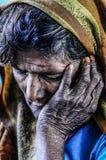 Varanasi, Ινδία, septemper 16, 2010: Ηλικιωμένη ινδική γυναίκα που στηρίζεται αυτός Στοκ εικόνα με δικαίωμα ελεύθερης χρήσης