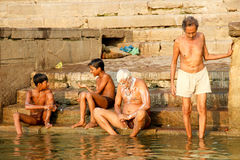 VARANASI, ΙΝΔΙΑ - 23 ΟΚΤΩΒΡΊΟΥ: Οι ινδοί άνθρωποι παίρνουν ένα λουτρό ri Στοκ εικόνες με δικαίωμα ελεύθερης χρήσης