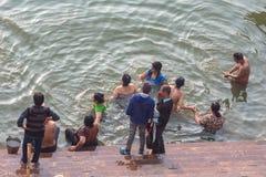 Varanasi, Ουτάρ Πραντές, Ινδία - 12 14 2017  οι άνθρωποι κάνουν τελετουργικός στοκ φωτογραφίες