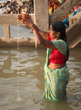 VARANASI - 6 NOVEMBER: Hindoese mensen Stock Foto
