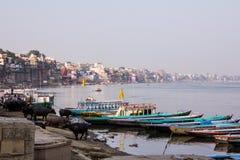Varanasi, flodbank och ghats Royaltyfria Bilder