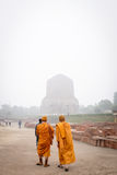 VARANASI, INDIA - DECEMBER 2, 2016: De boeddhistische monniken en de toeristen komen in de nevelige ochtend in Dhamekh Stupa bezo Stock Afbeelding
