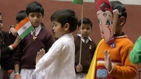 Varanasi, India, giorno della Repubblica, il 26 gennaio Bambini e bandiere di dancing archivi video