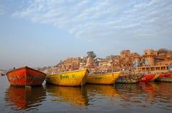 VARANASI, INDIA - 20 MARZO 2018: barche di colore sul fiume di Ganga Immagine Stock