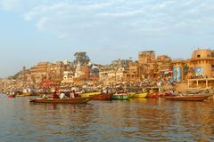VARANASI, INDIA - 20 MARZO 2018: cerimonia di mattina sul fiume di Ganga Immagini Stock Libere da Diritti
