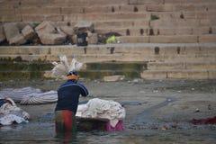 Varanasi, India, 26 November, 2017: De kleren van een mensenwas Royalty-vrije Stock Foto's