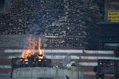 Varanasi, India, 26 November, 2017: Het lichaam brandt in Varanasi Stock Foto
