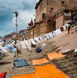 VARANASI, INDIA - OCT 1: De woningen van de de Rivierwaterkant van Ganges met Stock Afbeelding